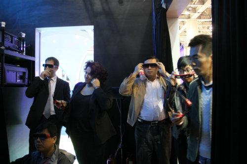 展台吸引众多参观者现场体验